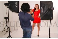 En clases de foto-poses. Te enseñamos a cómo salir siempre perfecta en todas las producciones fotográficas.